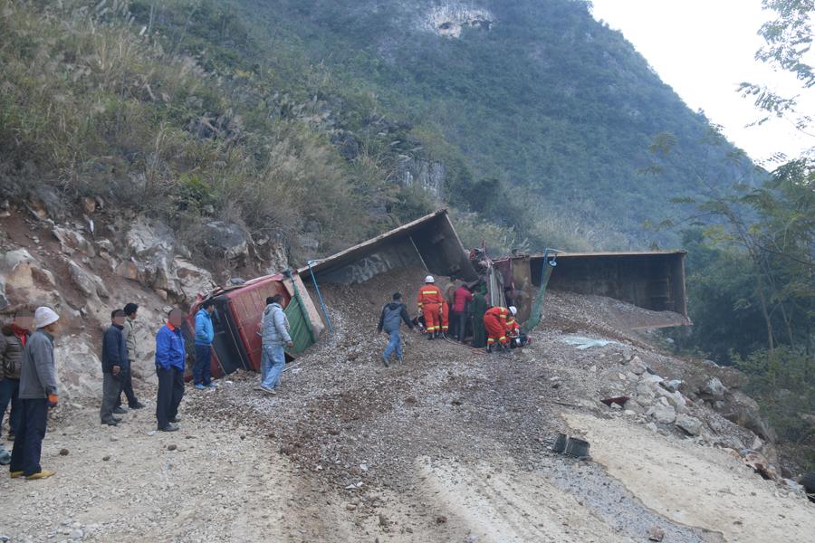 两辆大货车追尾侧翻致一人受伤 伤者已获救(组图)