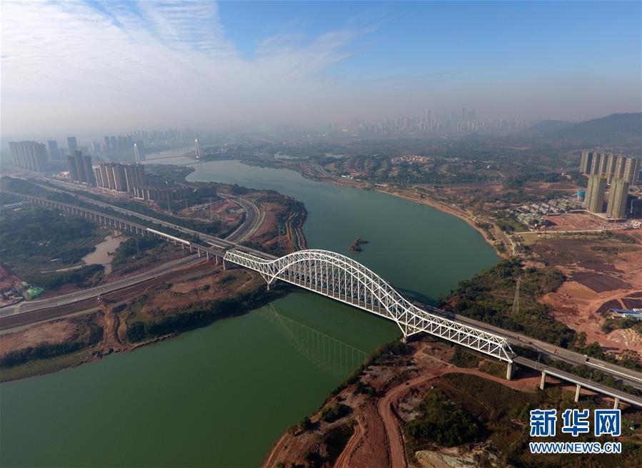 这是广西南宁至北海高速公路和南宁至北海铁路邕江三岸大桥(12月21日