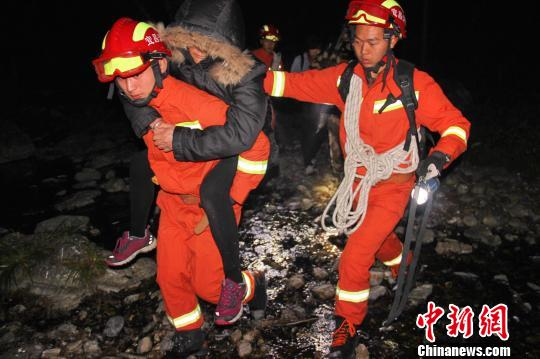 6老年驴友为庆生户外探险被困民警消防寒夜救援