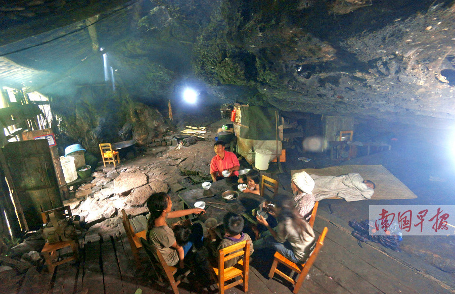 大化瑶族自治县一户人家,把山洞改造成房子,在洞中生火煮饭,铺床