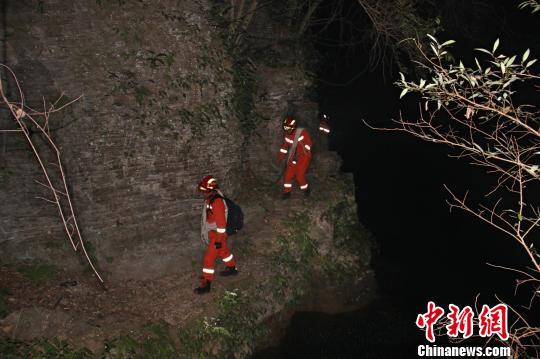 救援人员翻越只容一人通过的简易栈道。夷陵消防供图  摄