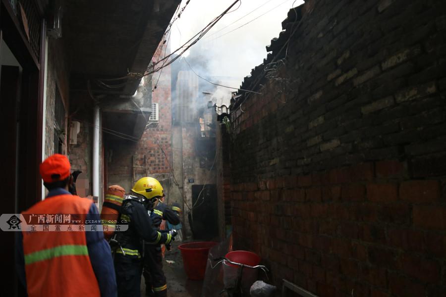 百色太平街高坡巷一瓦房着火 一人不幸遇难(图)