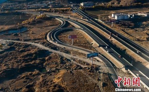 中国国家高速4219线泽当至贡嘎机场段12月8日下午3时试运营通车。图为拉萨至贡嘎机场高速。中新社记者 何蓬磊 摄