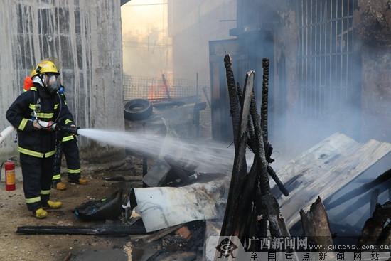 防城港:簡易木房起火蔓延 消防官兵成功救出4人