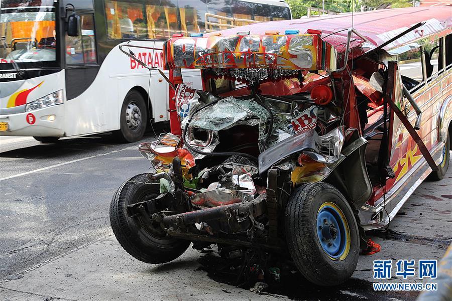 (国际)(1)菲律宾北部发生重大交通事故致20人死亡