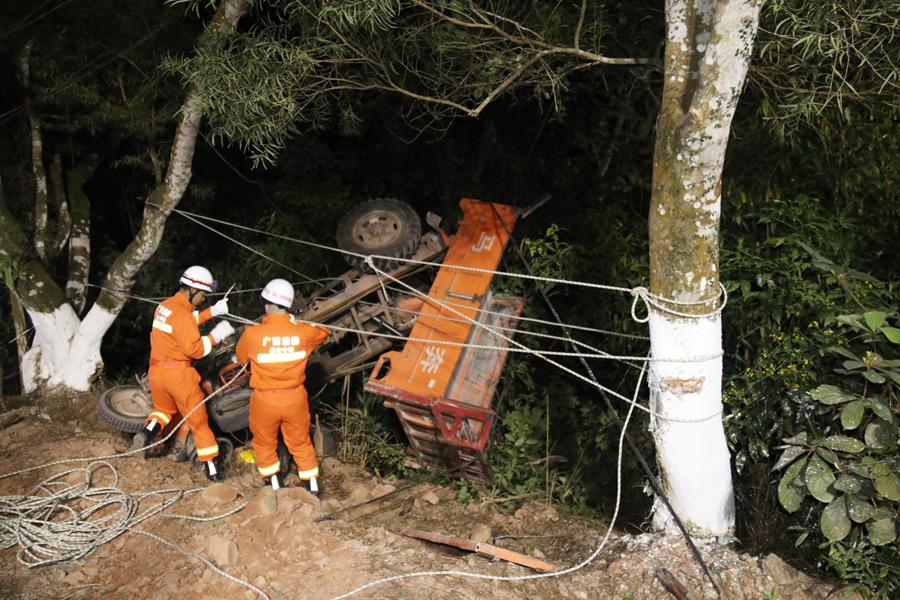 宁明一辆农用三轮车侧翻 司机被压车身下身亡(图)