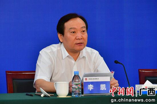 图为桂冠电力总经理李凯在会上作经验交流发言。