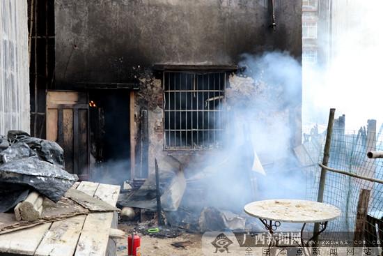 防城港:简易木房起火蔓延 消防官兵成功救出4人