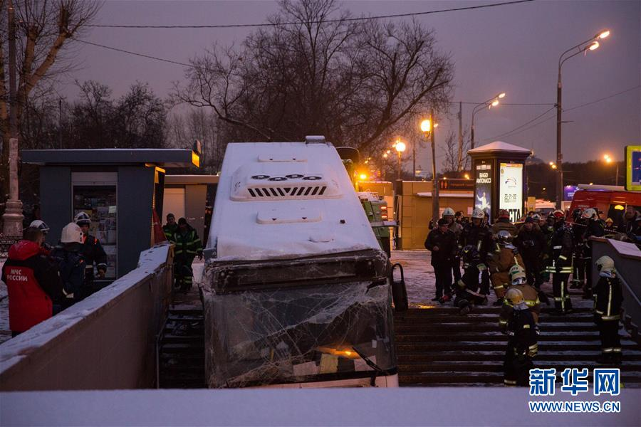 (国际)(1)莫斯科一公交车冲入地下通道致5人死亡