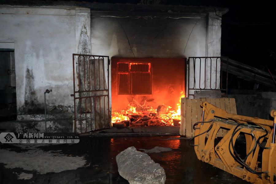 河池一男子烧柴取暖 用油增加火势引发大火(图)