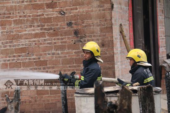 那坡:居民烧柴做饭遗留火种引发大火(图)
