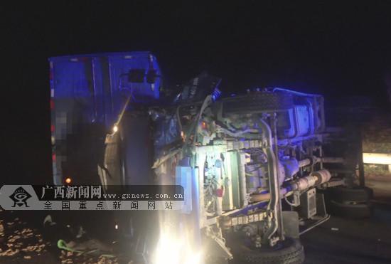 百色:两货车高速路追尾一人被困 消防解救(图)