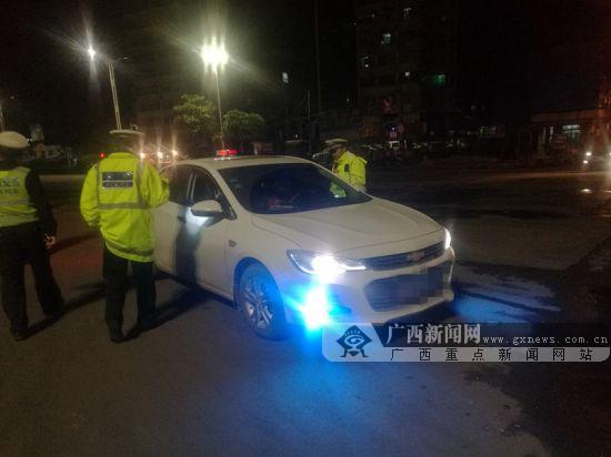 小车司机擅自改装刺眼车灯 影响行车安全被罚(图)
