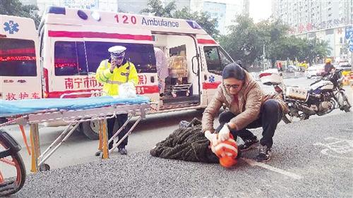 老人倒在路边失去意识 路过急诊科医生及时施救