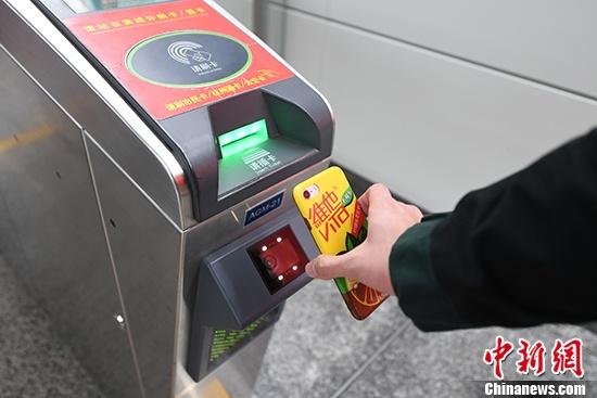 12月27日,一名乘客将二维码对准地铁站闸机上的摄像头进行扫码。当日起,浙江杭州地铁3条线路72个地铁站均支持使用支付宝直接扫码过闸,不用再购买实体票。 <a target='_blank' href='http://www.chinanews.com/'></table>中新社</a>记者 王远 摄