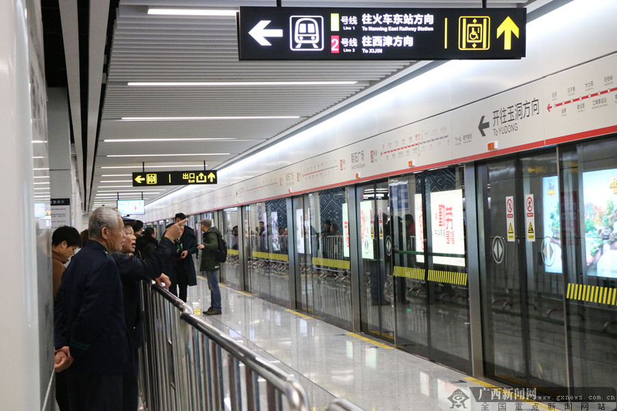 南宁地铁2号线开通 便捷刷手机进站获市民点赞