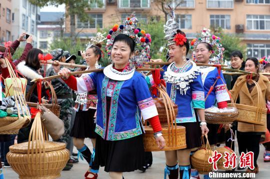 图为在广西三江侗族自治县古宜镇多耶广场,侗族同胞在准备百家宴。 吴练勋 摄