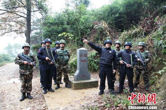 12月28日,广西宁明警方到宁明县峙浪乡中越边界巡逻,加强边界防控。 杨志雄 摄