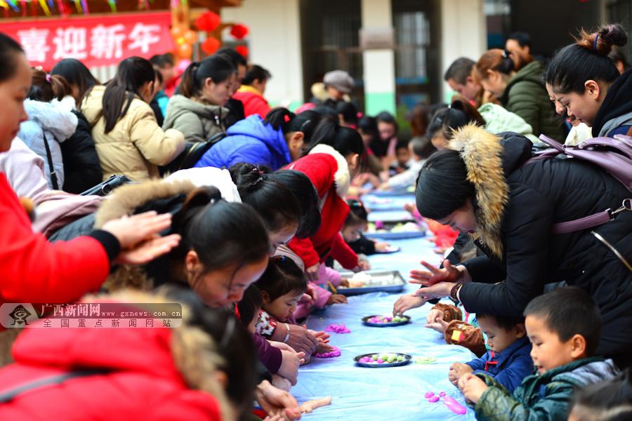 龙胜:多彩汤圆甜 幼儿园开展亲子互动迎新春(图)