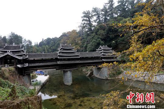 图为广西三江侗族自治县的侗寨风雨桥。 吴练勋 摄