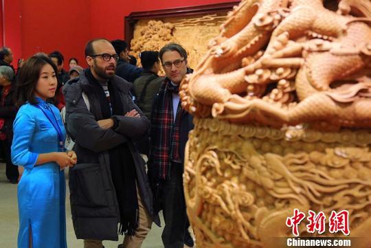 """主题为""""丝绸之路经济带""""和""""21世纪海上丝绸之路""""的""""丝路华章""""东阳木雕大展28日在中国国家博物馆开幕。 刘长忠 摄"""