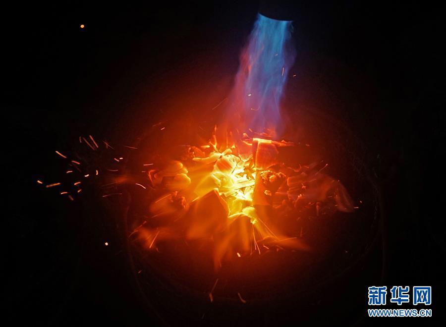 """(社会)(3)河北永清:""""铁树银花""""迎新年"""