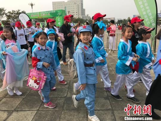 小朋友穿上红军装、汉服等参加徒步。 索有为 摄
