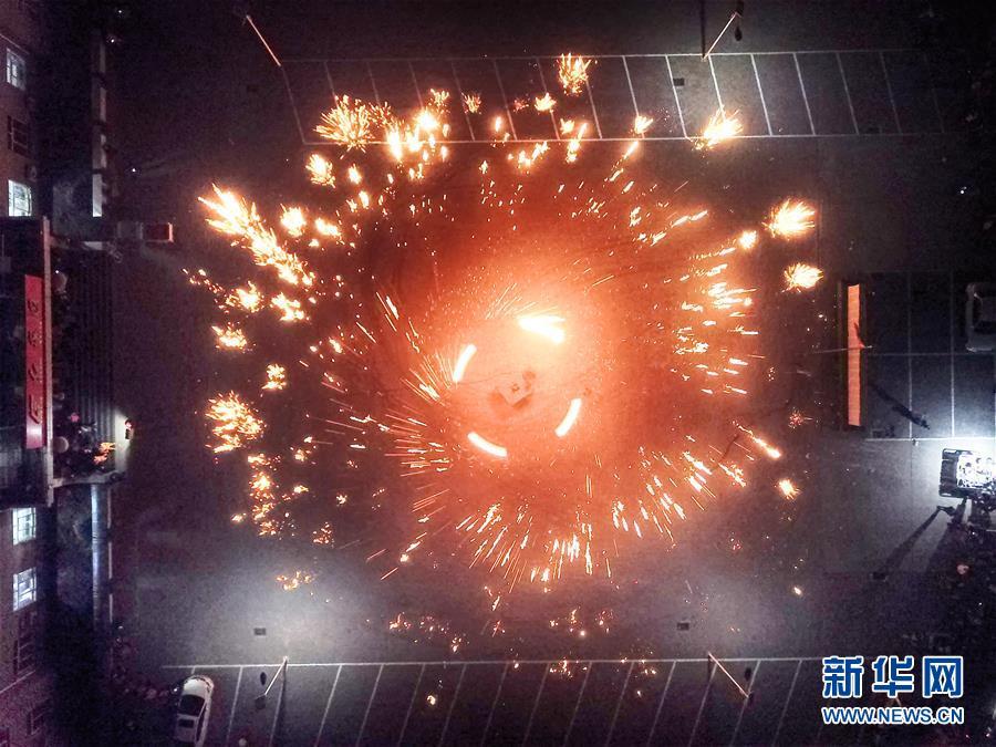 """(社会)(1)河北永清:""""铁树银花""""迎新年"""