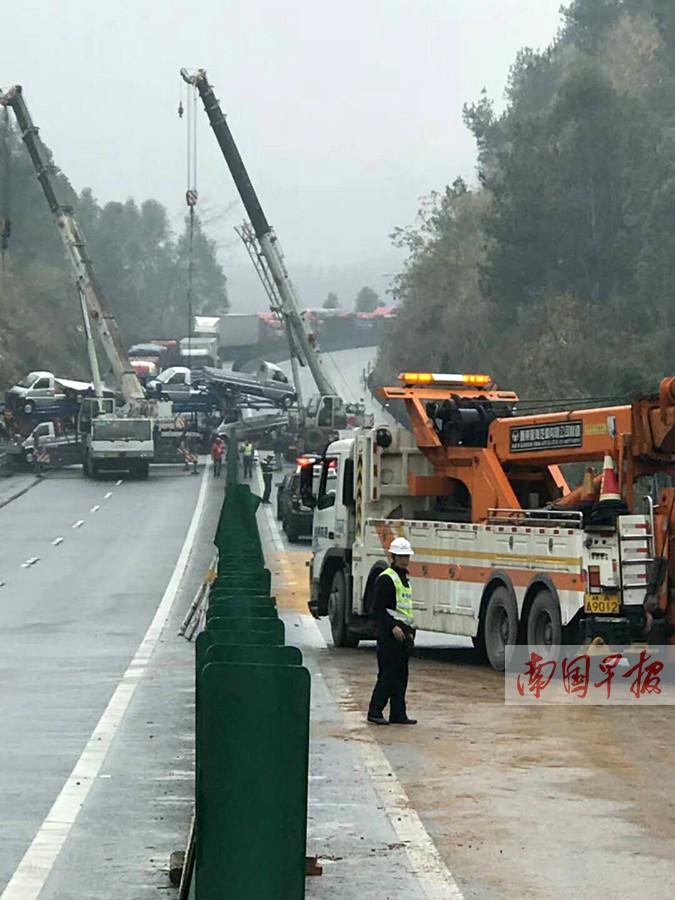 12月30日焦点图:1个多小时内 泉南高速桂柳段发生5起交通事故