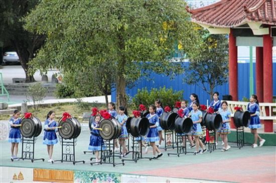 """大化举行""""民族文化进校园""""活动 捐赠六也小学14面铜鼓"""
