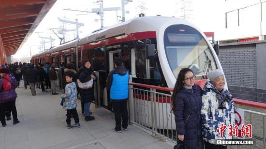 12月30日,连接巴沟至香山的北京公交有轨电车西郊线正式开通运营。<a target='_blank' href='http://www.chinanews.com/'></table>中新社</a>记者 苏丹 摄
