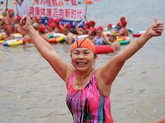 高清:数千游泳爱好者冬泳南宁邕江 场面火爆壮观