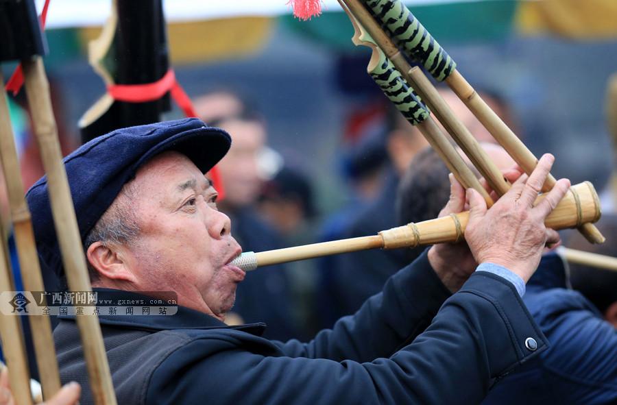 60余支芦笙队赛芦笙 数千名群众欢聚庆新年(组图)