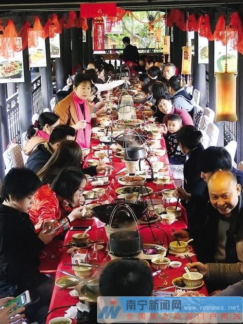 广西非遗美食展示馆成立 非遗美食长桌宴引人称赞