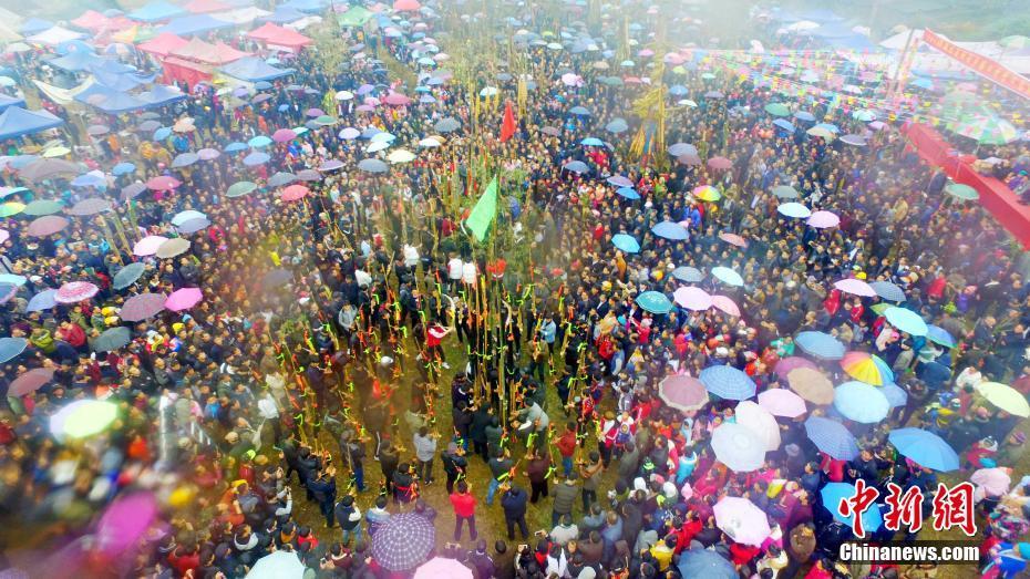 广西融水数千人赛芦笙庆新年