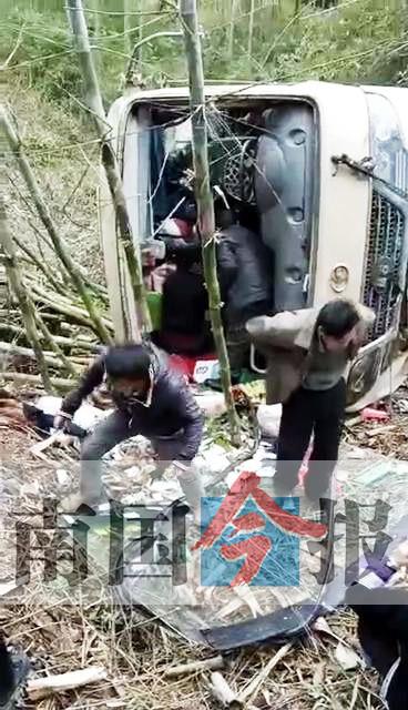 班车翻下10米山坡致19人受伤 事发融水四荣(图)