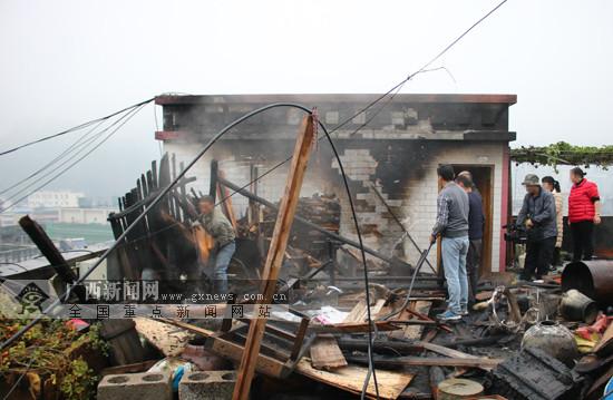天峨:居民熏腊肉无人看管引发民房楼顶火灾(图)