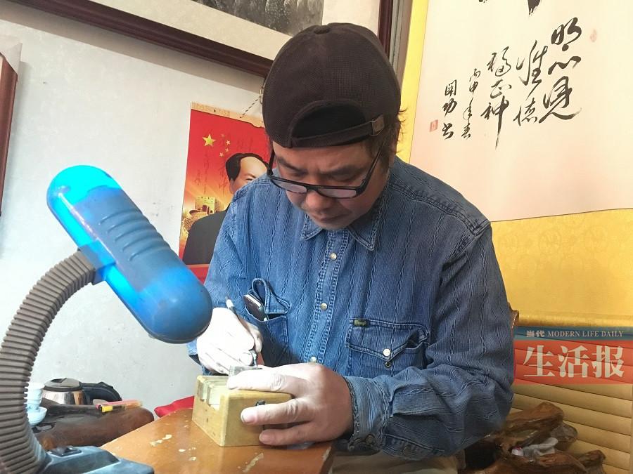 他篆刻30多年 拇指大的石头上刻字尽显非凡技艺