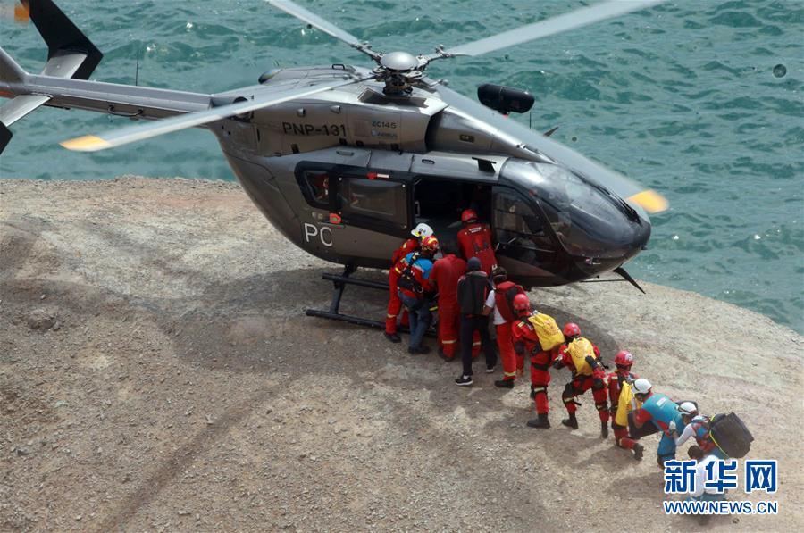 (国际)(1)秘鲁一长途汽车坠入山谷造成至少25人死亡