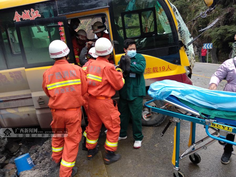 河池一客车猛撞挂车尾致5人受伤(组图)