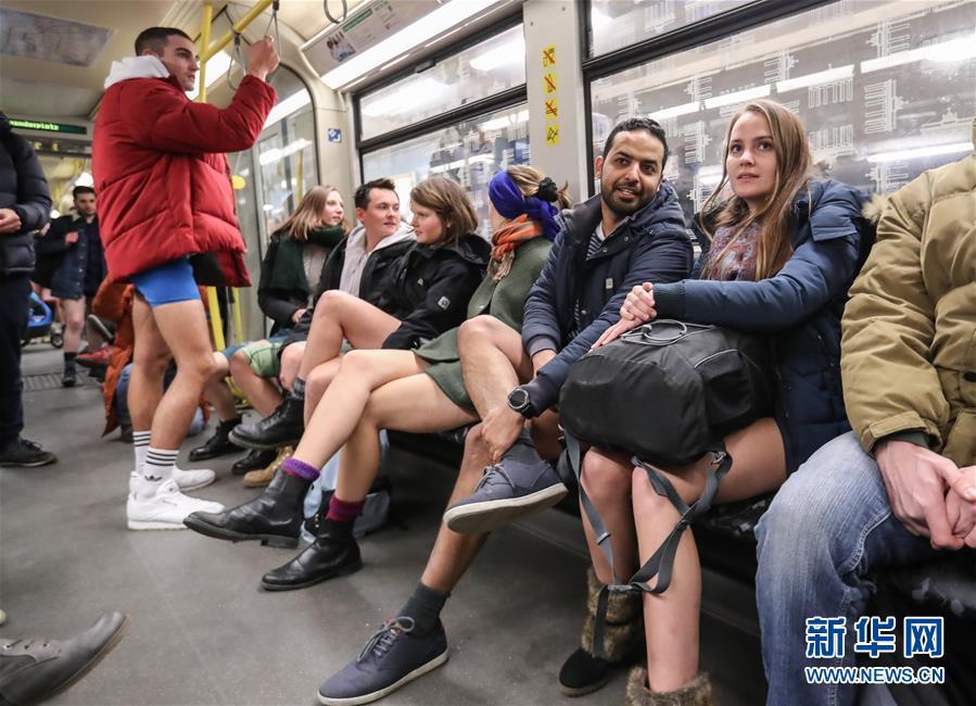 """(国际)(3)柏林举行""""不穿裤子搭地铁""""活动"""