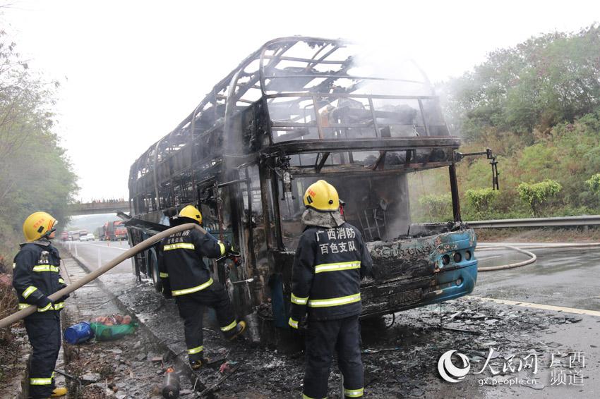 大巴车被烧成车架子