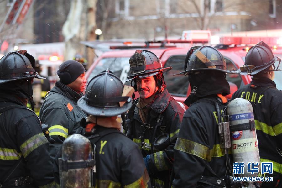 (国际)(3)纽约一公寓楼发生火灾14人受伤