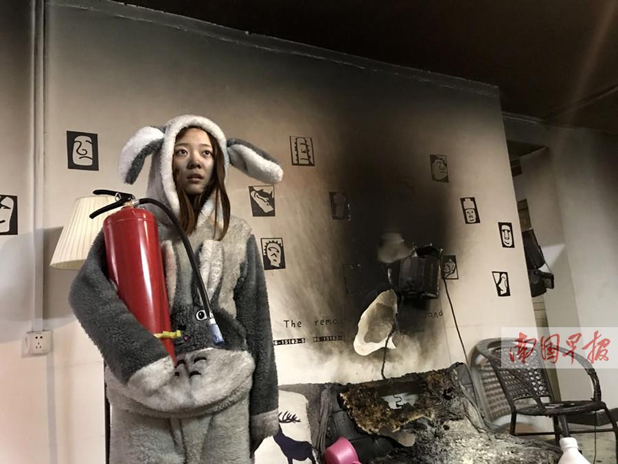 1月9日焦点图:扑灭家中火灾后 情侣玩起了自拍