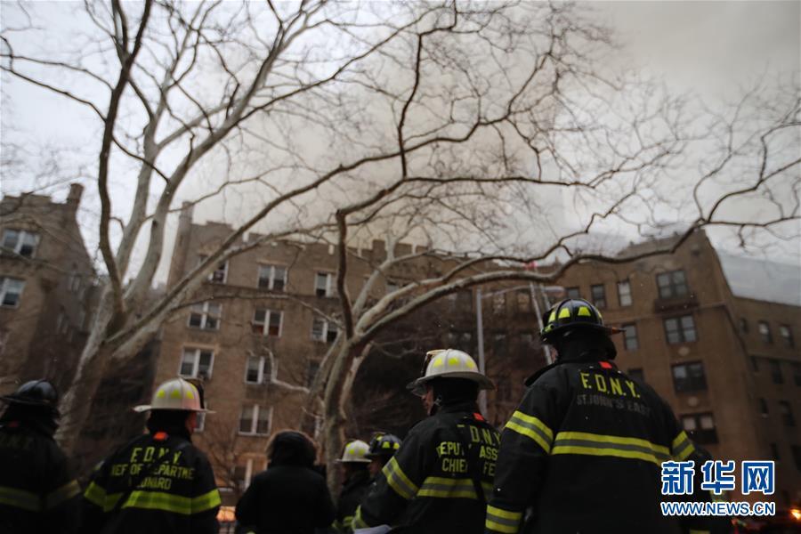 (国际)(5)纽约一公寓楼发生火灾14人受伤