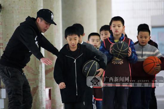 南宁市全民健身联建共建:篮球进校园 孩子动起来