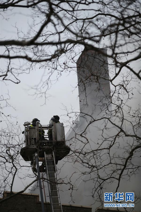 (国际)(6)纽约一公寓楼发生火灾14人受伤