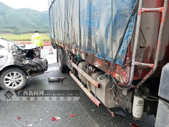 泉南高速公路一货车失控致三车追尾(图)