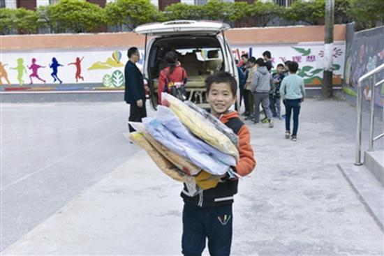 超市员工赠送430件冬装给八好村小贫困学生