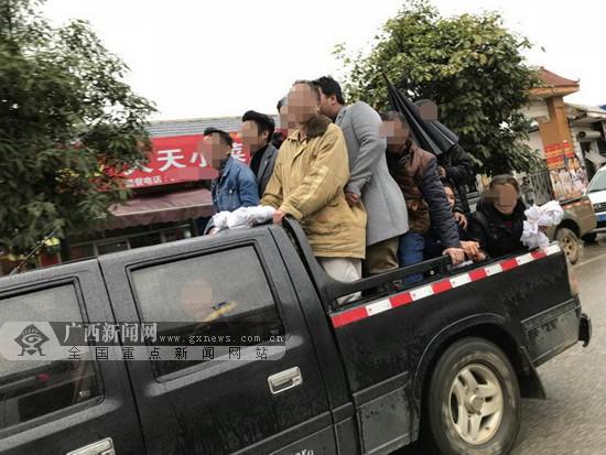 """""""超牛""""皮卡竟然载了17人 超员240%司机被重罚(图)"""